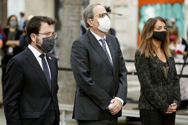 Quim Torra, en el centro, acompañado del vicepresidente Pere Aragonès y la consellera de Presidencia,...