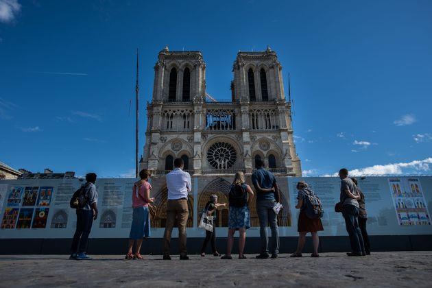 Μπροστά από τον καθεδρικό