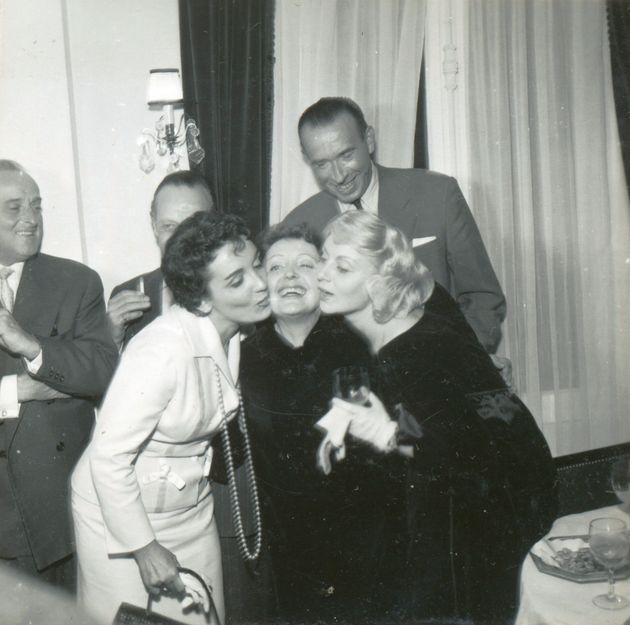 Gloria Lasso, Edith Piaf, et Annie Cordy lors d'un déjeuner chez Laurent, le 24 octobre 1957. Edith Piaf...