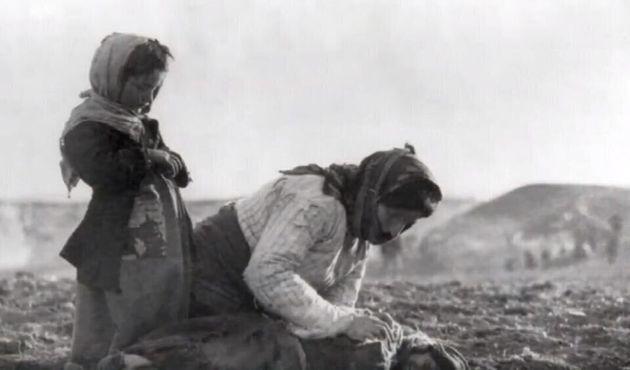 Μικρασιατική Καταστροφή - Μητέρα θρηνεί πάνω από το παιδί