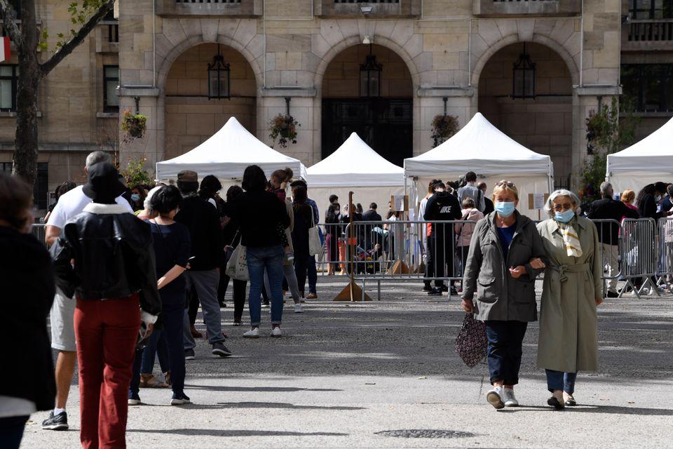 Des personnes faisant la queue pour passer un test PCR à Montreuil (Seine-Saint-Denis), le 31...