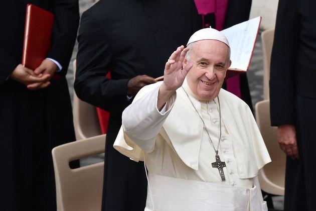 バチカンの広場で、限られた観衆に向かって手を振るフランシスコ教皇(2020年9月2日)