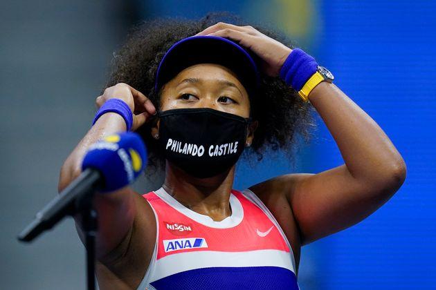 11日(日本時間)の準決勝で、フィランド・カスティールの名前が書かれたマスクをつける大坂選手。