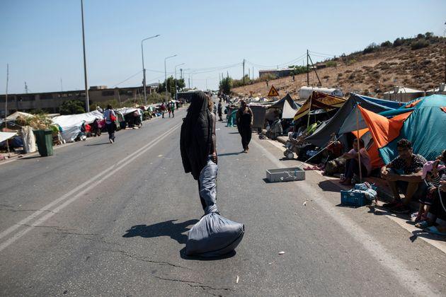 Χιλιάδες πρόσφυγες εξακολουθούν να είναι άστεγοι στη