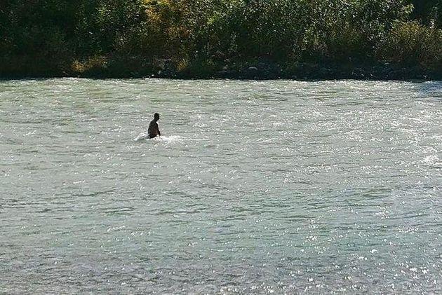 L'uomo che cerca la figlia dispersa nel fiume