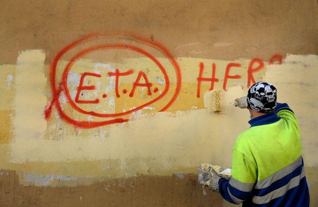 Imagen de archivo de un operario público borrando una pintada de apoyo a ETA en Gernika