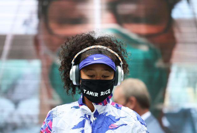 13日(日本時間)の決勝で、タミル・ライスさんの名前が書かれたマスクをつける大坂選手。