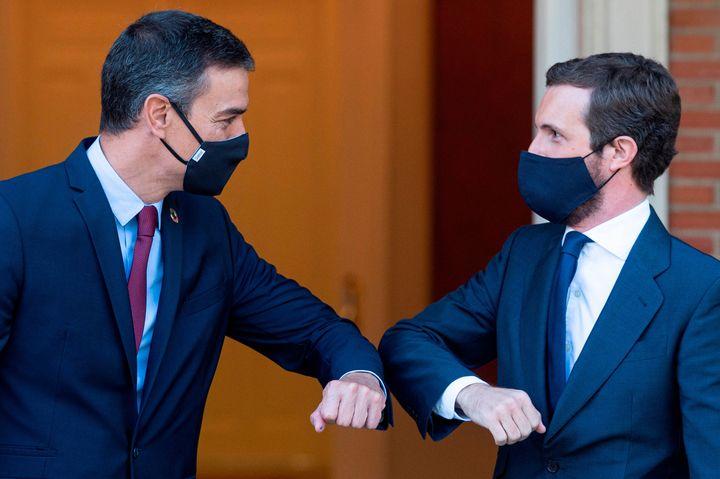 El presidente, Pedro Sánchez, y el líder del PP, Pablo Casado, chocan los codos para saludarse durante un reciente encuentro en La Moncloa.