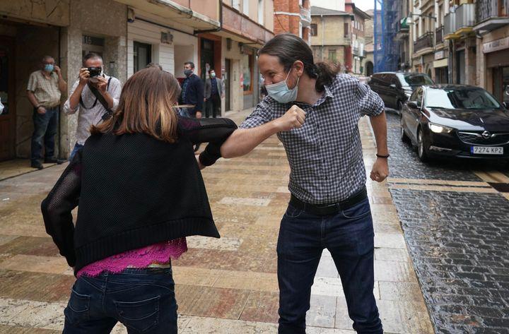 El líder de Podemos, Pablo Iglesias, choca el codo con Miren Gorrotxategi, la candidata de la formación morada a lehendakari, durante las recientes elecciones vascas.