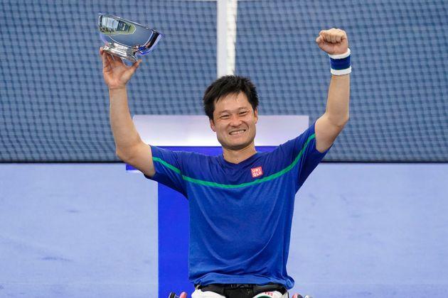 全米オープンテニスの決勝戦で、イギリスのアルフィー・ヒューエット選手を破り、笑顔で優勝トロフィーを手にする国枝慎吾選手(ニューヨーク、2020年9月13日)