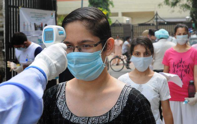 인도 의대 공동입학시험(NEET) 응시자들이 시험장에 입장하기에 앞서 발열 검사를 받고 있다. 이날 인도 전역에서는 약 150만명이 이 시험에 응시했다.찬디가르, 인도....