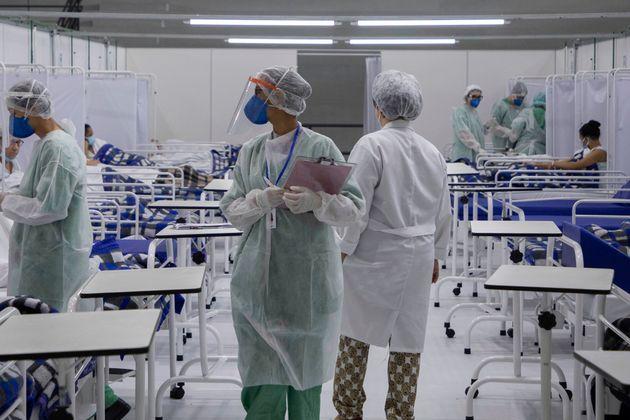 브라질 상파울루 인은 ABC연방대학에 마련된 임시병원에서 의료진들이 코로나19 환자들을 돌보고 있다.2020년