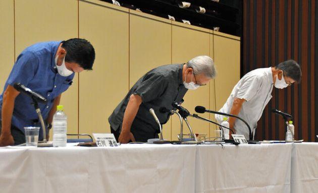 社員の不正受給問題を受けて沖縄タイムス社は記者会見を開き、武富和彦社長(中央)らが謝罪した=2020年9月13日午後6時4分、那覇市、藤原慎一撮影