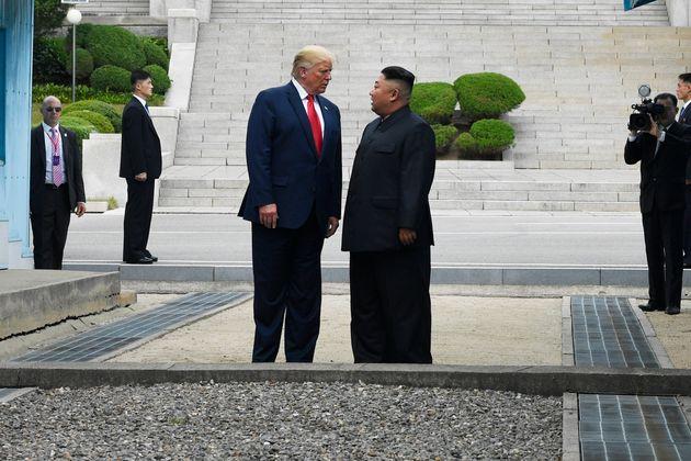 (자료사진) 판문점에서 만난 도널드 트럼프 미국 대통령과 김정은 북한 국무위원장이 비무장지대 북측에서 인사를 나누고 있다. 2019년