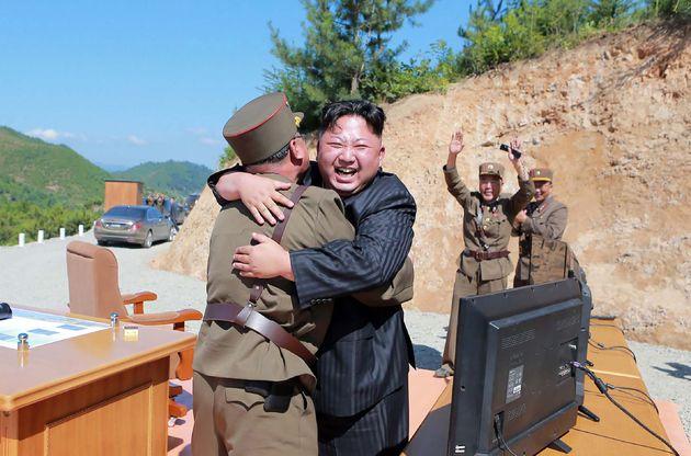 (자료사진) 김정은 북한 국무위원장이 화성-14호 발사 성공을 축하하고 있다. 조선중앙통신 제공. 2017년