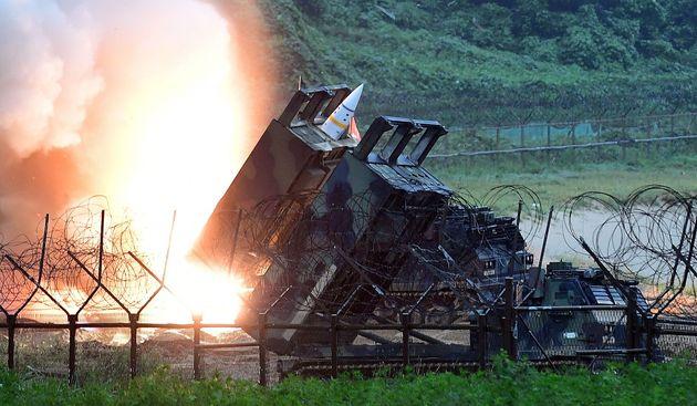 (자료사진) 국군과 주한미군이 동해상으로 전술지대지 미사일 에이태킴스(ATACMS) 발사 연습을 하고 있다. 한국 국방부 제공. 2017년