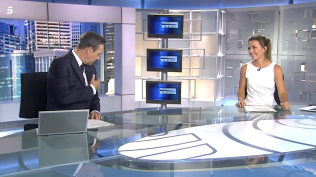 José Ribagorda llevándose la mano al corazón para despedirse de 'Informativos Telecinco' este