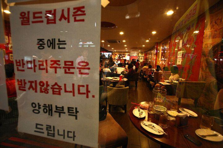 """2010년 월드컵 때 류우종 기자가 찍은 사진이다. """"월드컵 시즌 중에는 반마리 주문은 받지 않습니다."""" 한국대표팀 경기가 있는 날이면 치킨을 차려내고 배달할 일손이 부족할 정도다. 그런데도 복날의 소비량에는 미치지 못한다고."""