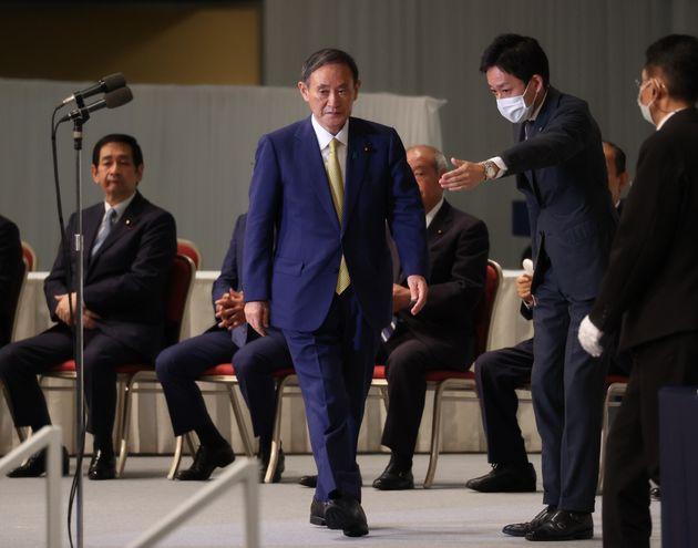 自民党両院議員総会で新総裁に選出され、あいさつに臨む菅義偉官房長官(中央)=14日午後、東京都港区