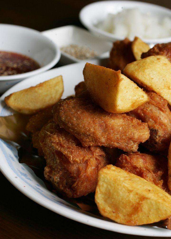 치킨의 기원은 원래 미국의 흑인 노예들이 닭을 튀겨 먹던 것이라 한다. 맛도 있고 조리법도 쉽다는 뜻이리라. 노릇노릇 맛있게 튀긴 군침 도는 닭의 모습을, 2008년에 박미향 기자가 부암동 치어스치킨에서 찍었다.
