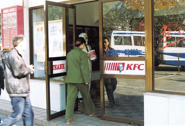 미국 입맛을 대표하는 케이에프씨(KFC)가 중국에 진출했다. 중국 사람들은 반기면서도 반발했다. 미국계 패스트푸드가 중국 사회의 빈부 격차를 드러내 보인다는 분석도 있다. 베이징에 문을 연 케이에프씨 점포를 1996년에 정현철 기자가 찍었다.