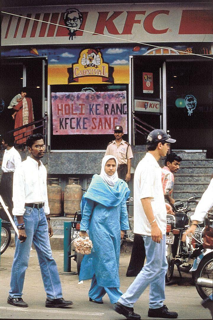 """케이에프씨는 인도에도 진출했다. 민족주의자들이 매장을 습격하고 지식인들이 """"인도 입맛과 맞지 않는다""""며 애써 외면했지만, 세계화의 흐름은 인도에도 예외가 아니었다. 1998년 <한겨레21>에 실린 인도 현지의 사진이다."""