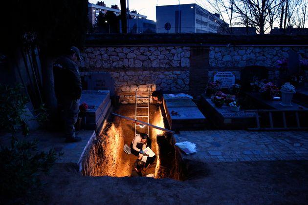 Miembros de la ARMH, excavando una fosa en el Cementerio de Guadalajara, en