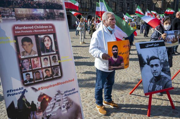 Des manifestants brandissent des portraits du lutteur iranien Navid Afkari lors d'une manifestation à...