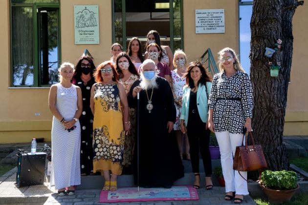Ιερείς υπεράνω κορονοϊού: Οι μοναδικοί χωρίς μάσκες στον αγιασμό για τη νέα σχολική