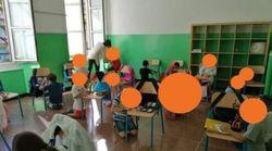 Bambini in ginocchio il primo giorno di scuola. Toti pubblica foto, ma il dirigente scolastico