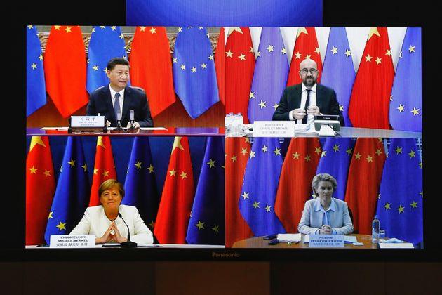 La présidente de la Commission européenne, Ursula Von Der Leyen (en bas à droite),...