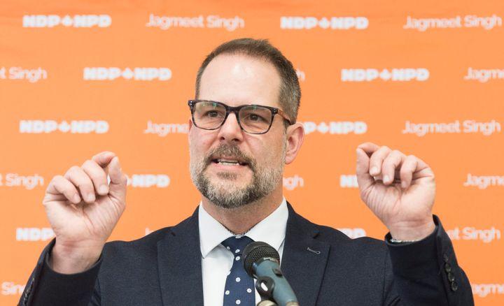 Le député Alexandre Boulerice a dû se défendre d'avoir répondu en anglais à un tweet du ministre Steven Guilbeault, alors que les deux hommes sont francophones.
