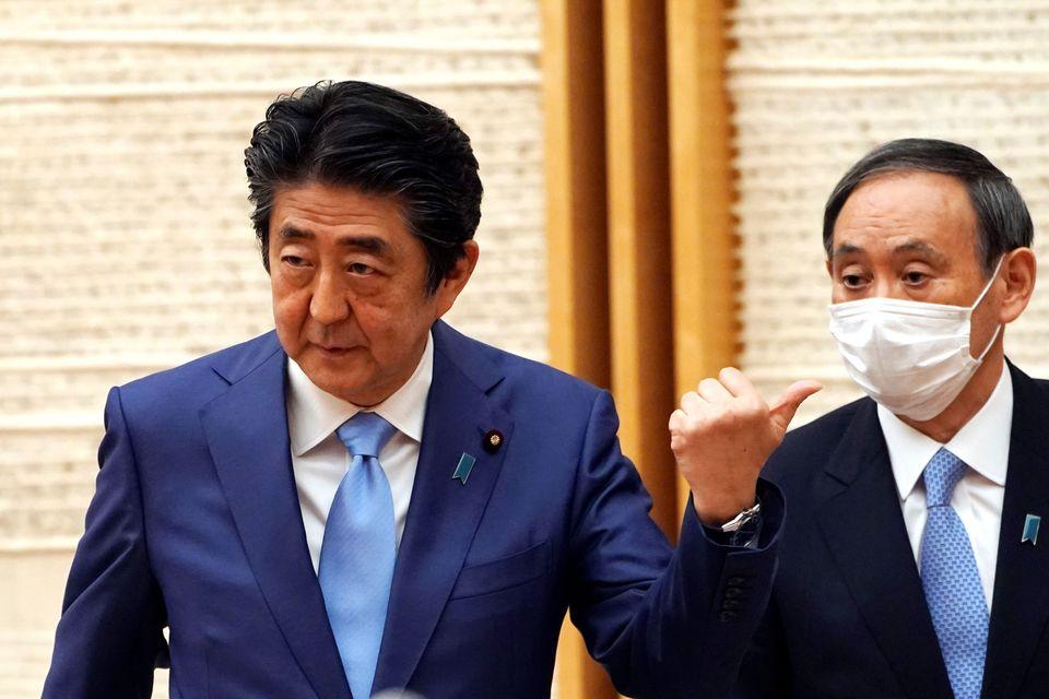 (자료사진) 아베 신조 일본 총리가 기자회견 도중 스가 요시히데 관방장관을 가리키고 있다. 도쿄, 일본. 2020년