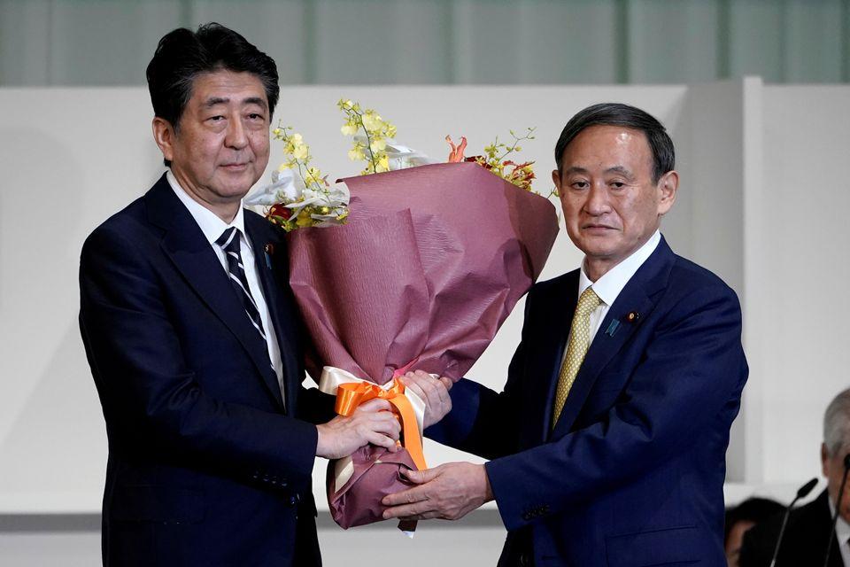자민당 총재 선거에서 당선된 스가 요시히데 관방장관과 아베 신조 총리가 기념촬영을 하고 있다. 도쿄, 일본. 2020년