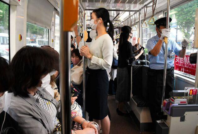 市電の女性専用車両の車内。「女性専用」と表示されている=2020年9月14日午前8時12分、熊本市中央区、渡辺七海撮影