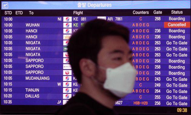 1월 30일 오전 인천국제공항 출국장 안내판에 우한행 항공편 결항을 알리고