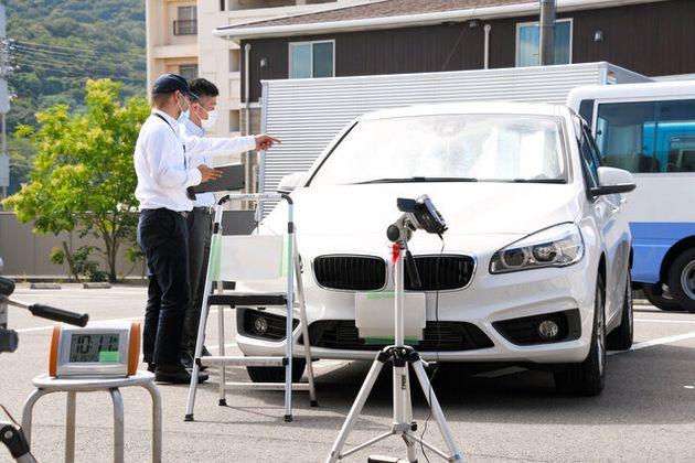 押収した乗用車で再現実験を行い、車内の温度を調べる捜査員=2020年9月15日午前10時11分、高松市、長妻昭明撮影