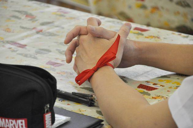 じゃんけんで勝った参加者は、赤いリボンを体の目立つところに結んだ