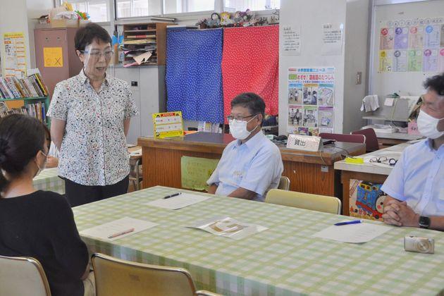 フェイスシールドを付けて授業をする内海﨑さんは、有無を言わさず「リボンあり」「リボンなし」のみで参加者を判断する