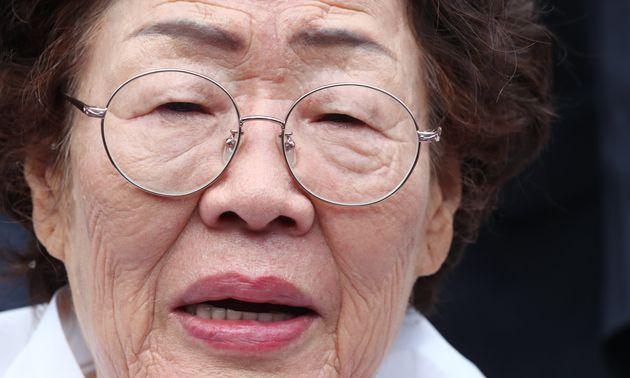 이용수 일본군 위안부 피해자 할머니가 8월 14일 오전 충남 천안 국립망향의동산에서 열린 일본군 위안부 피해자 기림의 날 기념식에 참석해 취재진과 인터뷰를 하고