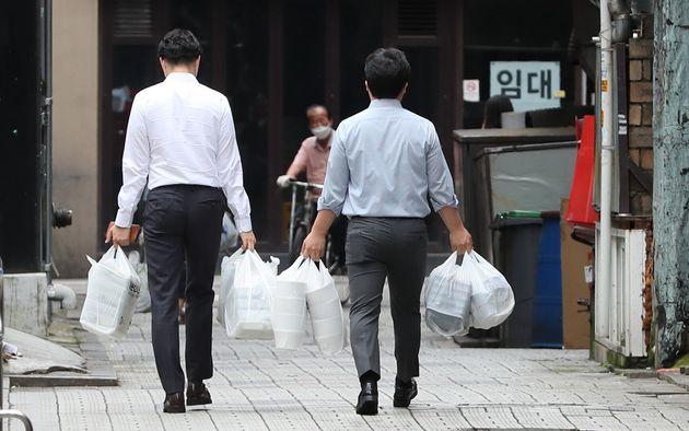 사회적 거리두기 2.5단계가 실행된 8월 31일 서울시내에서 직장인들이 포장한 점심 도시락을 들고 사무실로 향하고