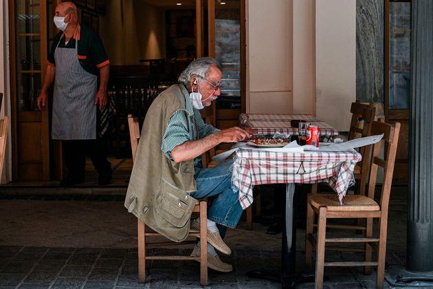 Πόσο πιθανό είναι να κολλήσει κάποιος κορονοϊό σε εστιατόρια και