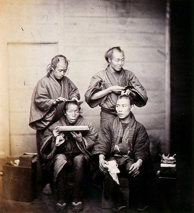 「髪結」F・ベアト撮影/1863(文久3)年/長崎大学附属図書館蔵