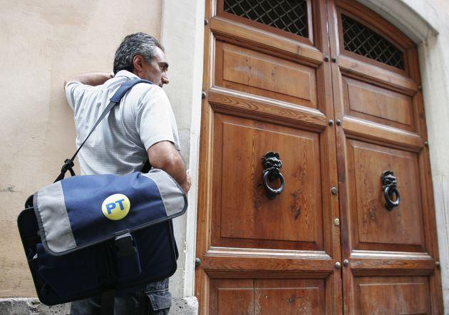 20070704-ROMA-POSTE ITALIANE. Un postino a lavoro nel centro storico di Roma. ANSA - ISABELLA