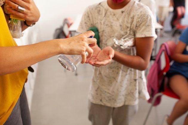 Un estudiante se aplica gel