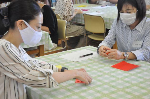 「鶴は『リボンなし』が折っても大丈夫かな」などと話しながら折り紙をする参加者