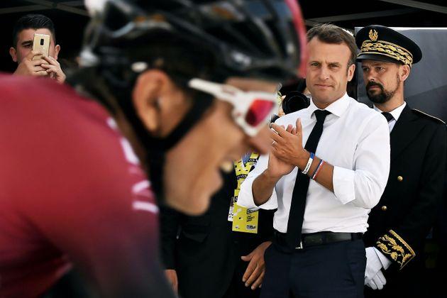 Emmanuel Macron sur le Tour de France en juillet 2019 lors de l'arrivée de Geraint Thomas à...