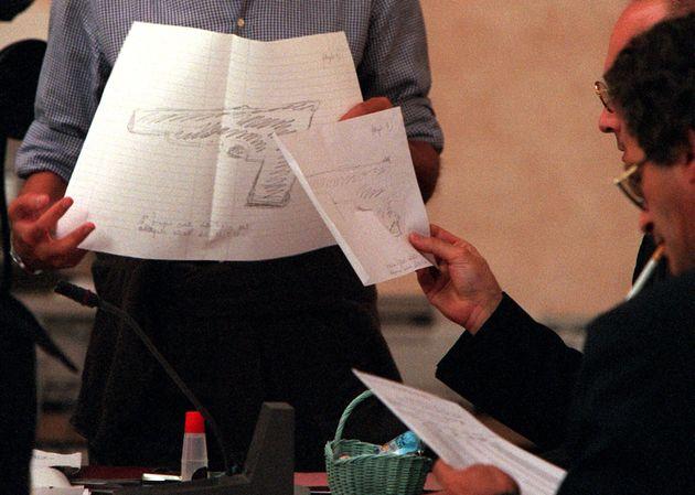 MARTA RUSSO: ALLETTO DISEGNA IN AULA LA PISTOLA - La pistola disegnata da Gabriella Alletto oggi durante...