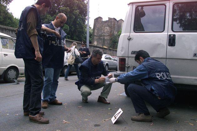 D'ANTONA: INVESTIGATORI NON ESCLUDONO MOVENTE POLITICO. Tecnici della polizia scientifica esaminano il...