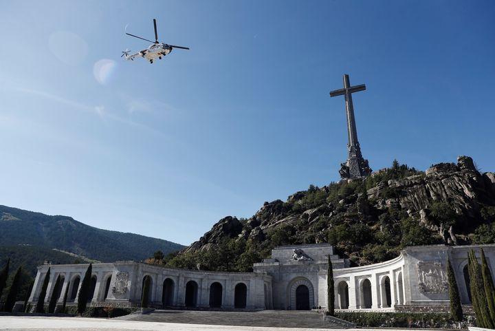 Un helicóptero se lleva los restos del dictador durante la exhumación de Franco del Valle de los Caídos.